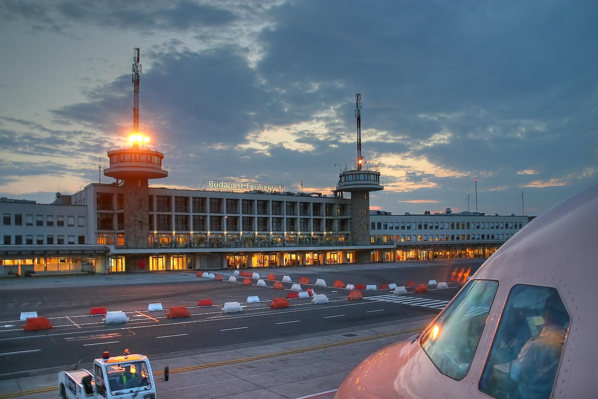 Hungal   BUD Nemzetközi repülőtér légikikötő épülete